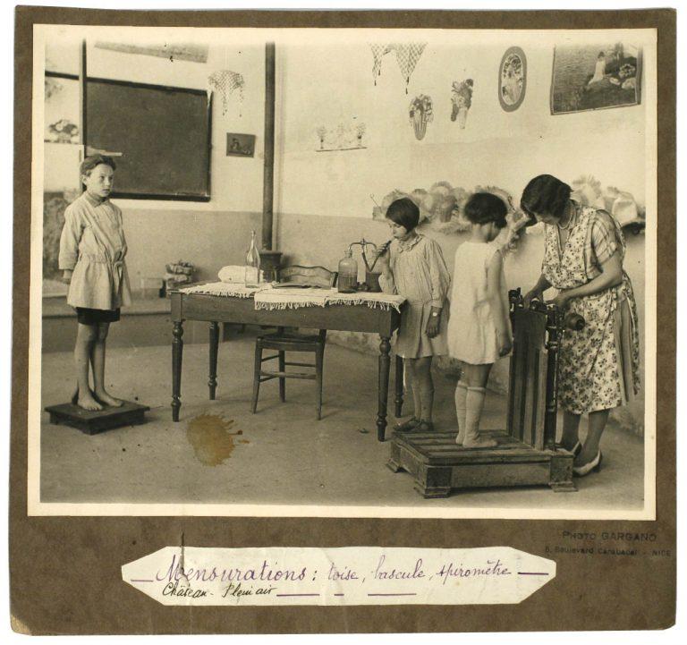 École de plein air, Nice : mensurations, toise, pèse-personne, spiromètre. Photographe : Gargano, vers 192