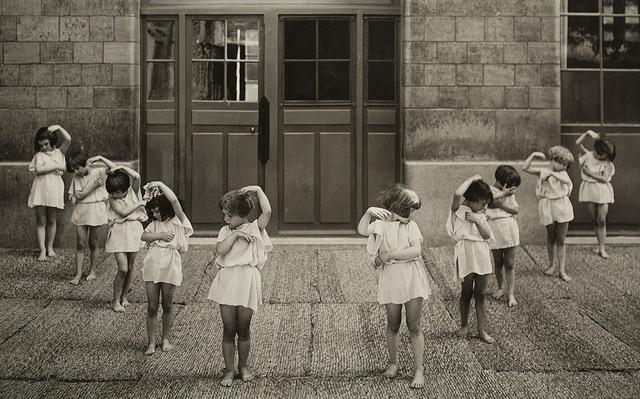 Paris : danse à l'école maternelle. Photographe Ch. Lefebvre, vers 1930