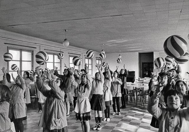 École communale de filles Joliot Curie, Bagnolet (Seine-Saint-Denis) : exercice de contrôle moteur avec ballons dans une salle de classe