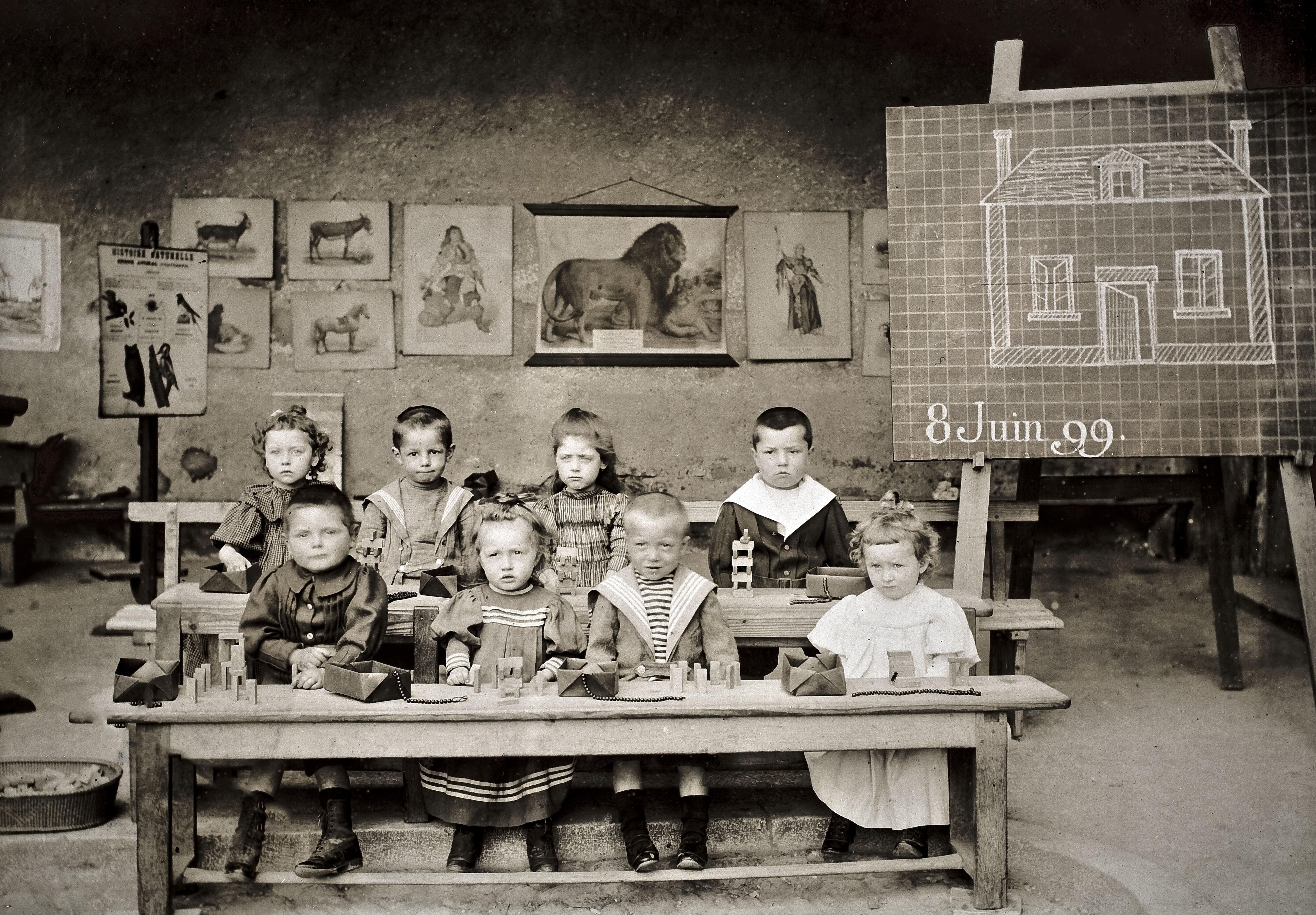 École maternelle de Mâcon, filles et garçons, 1899. © Réseau Canopé/Munaé