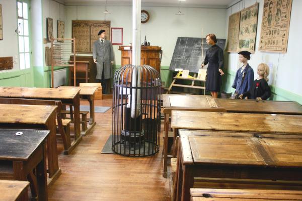 Musée de Laval - Salle de classe et son chauffage à bois